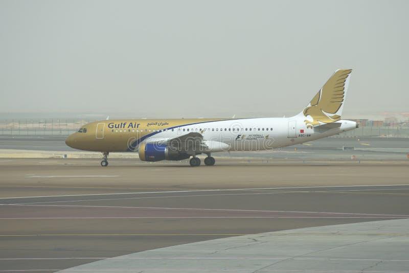 Αέρας Κόλπων airbus A320-214 (a9c-AM) στην έναρξη στο Αμπού Ντάμπι τα ξημερώματα στοκ εικόνα