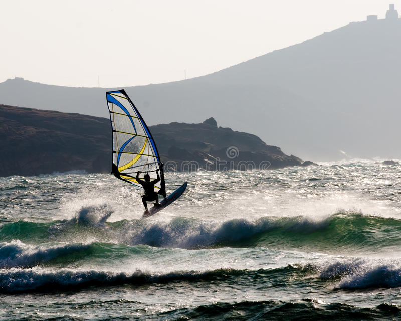 Αέρας surfer που πηδά ένα κύμα στοκ εικόνες με δικαίωμα ελεύθερης χρήσης