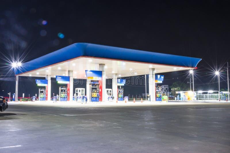 Αέριο αντλιών στη νύχτα στοκ φωτογραφία