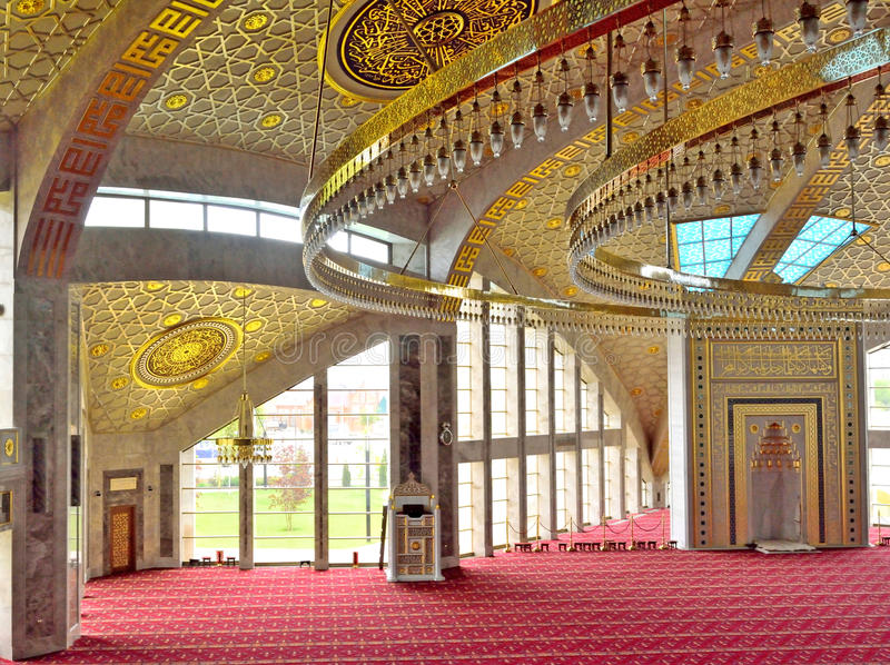 Αίθουσα επίκλησης στο μουσουλμανικό τέμενος στην τσετσένια Δημοκρατία στοκ φωτογραφία
