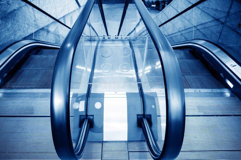 Αίθουσα και κυλιόμενες σκάλες στοκ εικόνα με δικαίωμα ελεύθερης χρήσης