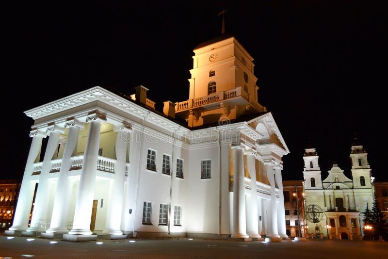 Αίθουσα πόλεων στην ανώτερη κωμόπολη του Μινσκ τη νύχτα στοκ φωτογραφία