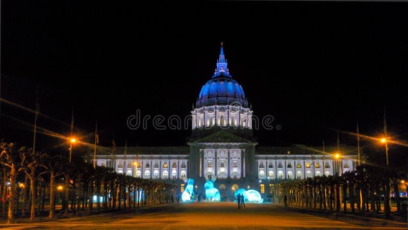 Αίθουσα πόλεων του Σαν Φρανσίσκο στην περιοχή πολιτικών κέντρων τη νύχτα στοκ εικόνες με δικαίωμα ελεύθερης χρήσης