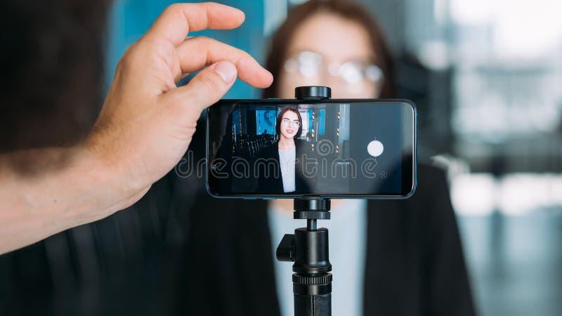 Αίθουσα συνδιαλέξεων παρουσίασης επιχειρησιακού τηλεοπτική blog στοκ εικόνες