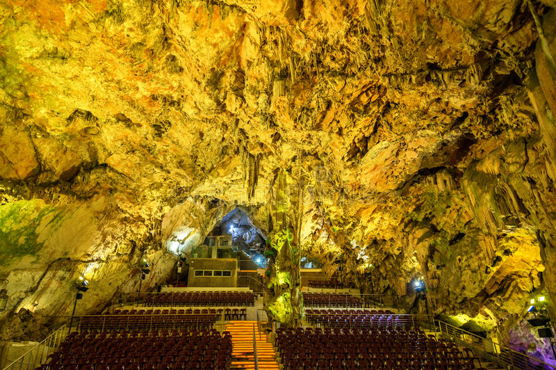 Αίθουσα συνεδριάσεων μέσα στη σπηλιά του ST Michael ` s στο Γιβραλτάρ στοκ φωτογραφία με δικαίωμα ελεύθερης χρήσης