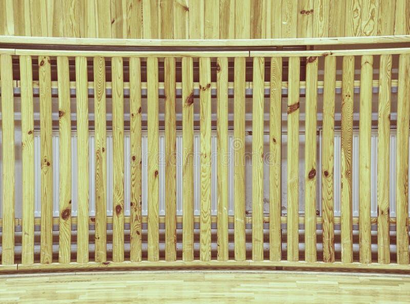 Αίθουσα σχολικής γυμναστικής με το σύστημα θέρμανσης πέρα από την ξύλινη κάλυψη φραγμών στοκ εικόνα