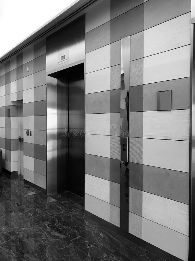 Αίθουσα σύγχρονων και ανελκυστήρων πολυτέλειας στο κτήριο ξενοδοχείων ή επιχειρήσεων, μ στοκ εικόνα