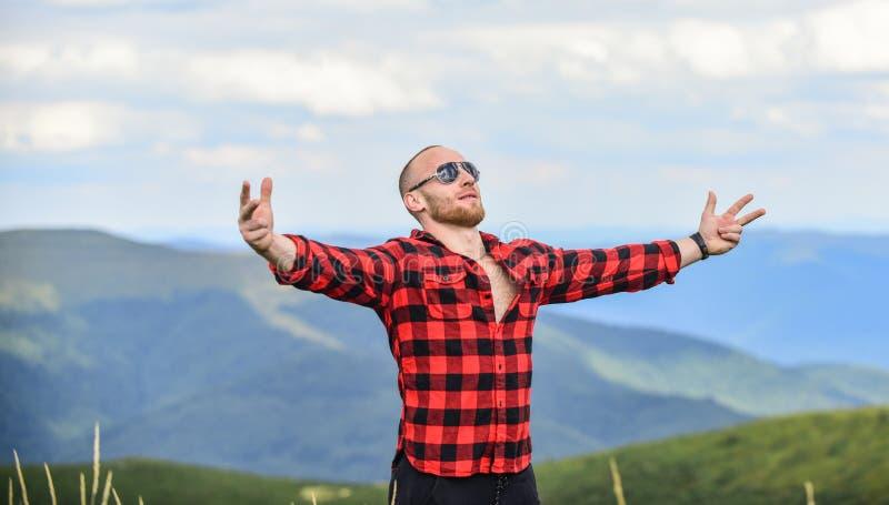 Αίσθημα ελευθερίας έννοια υπαίθρου αγρότης rancho ταξιδιωτική περιπέτεια μόδα hipster άντρας στο βουνό στοκ εικόνες