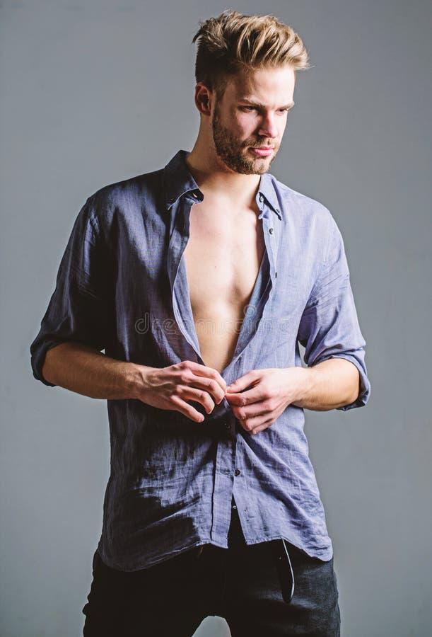 Αίσθημα ελεύθερος και βέβαιος Αρσενική ομορφιά μόδας Προκλητικός μυϊκός φαλλοκράτης Διατροφή ικανότητας Επιθυμία και πειρασμός Έξ στοκ εικόνες