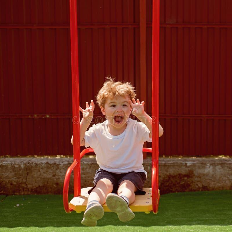 Αίσθημα καθαρό όλη την ημέρα Ρουτίνα παιδιών haircare Μικρό παιδί με το μοντέρνο κούρεμα Παιδί αγοριών με το σύντομο κούρεμα Μικρ στοκ εικόνες