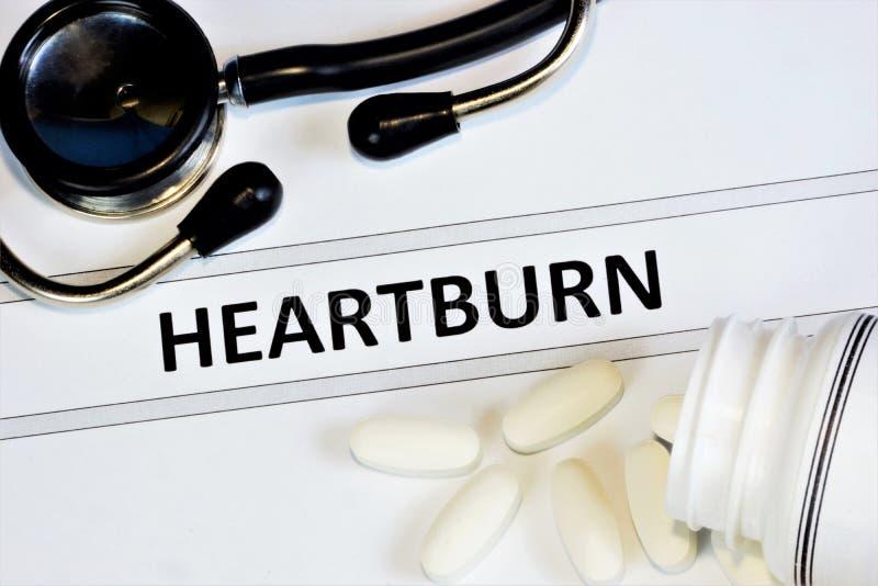 Αίσθημα καύσου — αίσθημα δυσφορίας ή κάψιμο πίσω από το στέρνο του οισοφάγου, σύμπτωμα γαστρίτιδας Δίαιτα θεραπείας και στοκ εικόνες