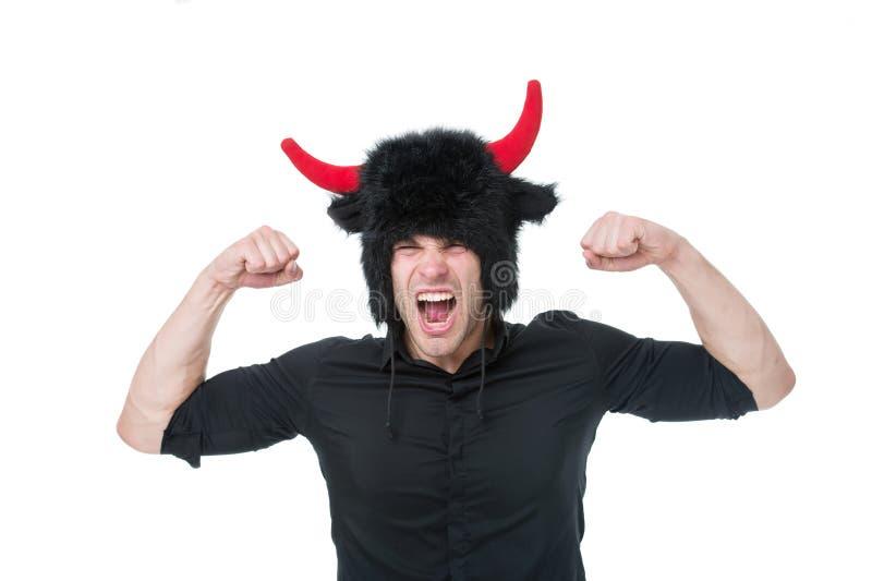 Αίσθημα τόσο 0 Να φωνάξει ατόμων το πρόσωπο φορά το καπέλο του διαβόλου με τα κέρατα 0 επιθετικός πουκάμισων τύπων μαύρος καταδει στοκ εικόνα