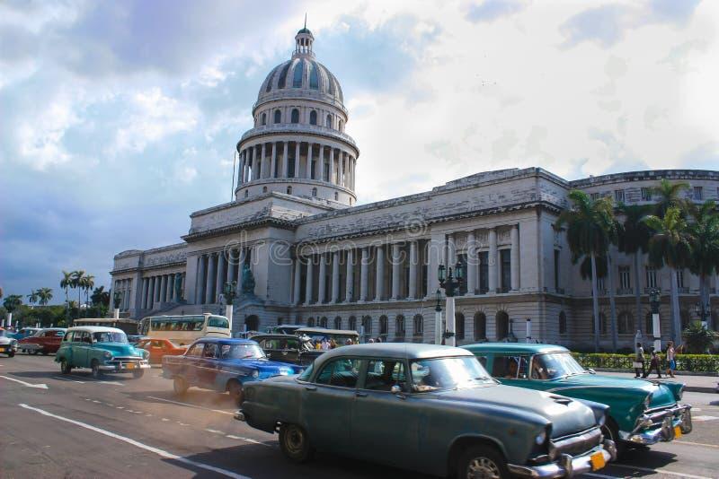 07/07/2015, Αβάνα, Κούβα: Ένας από το λίγο χρόνο ταξιδεύει ένας μπορεί ακόμα να κάνει στον πλανήτη Ο δρόμος με έντονη κίνηση στην στοκ φωτογραφία με δικαίωμα ελεύθερης χρήσης