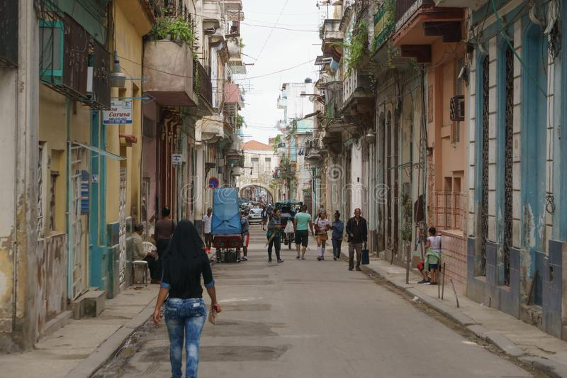 Αβάνα, Κούβα - 9 Ιανουαρίου 2007: άνθρωποι που περπατούν μέσω των οδών της Αβάνας, Κούβα στοκ εικόνα