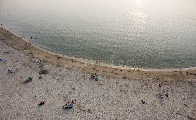 Αβέιρο, Πορτογαλία - Agosto 2018: Εναέρια άποψη της ειρηνικής παραλίας Barra με λίγους ανθρώπους Ευγενή κύματα και έντονο φως ήλι στοκ εικόνες
