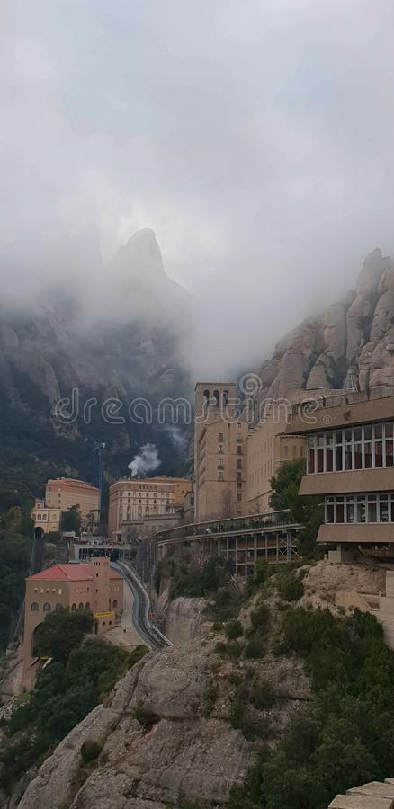 Αβαείο της Σάντα Μαρία de Μοντσερράτ σε Monistrol, μια νεφελώδη συννεφιάζω ημέρα, Καταλωνία, Ισπανία στοκ εικόνα