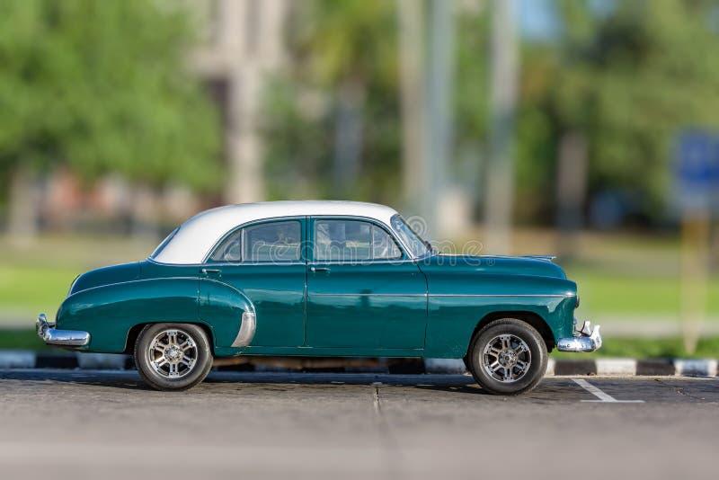 ΑΒΑΝΑ, ΚΟΥΒΑ 26 Οκτωβρίου - πράσινη, παλαιός, παλαιός, καμένος πέρα από το όχημα που μοιάζει με το αμερικανικό αυτοκίνητο του 195 στοκ φωτογραφίες