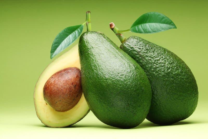 Αβοκάντο σε ένα πράσινο. στοκ φωτογραφία