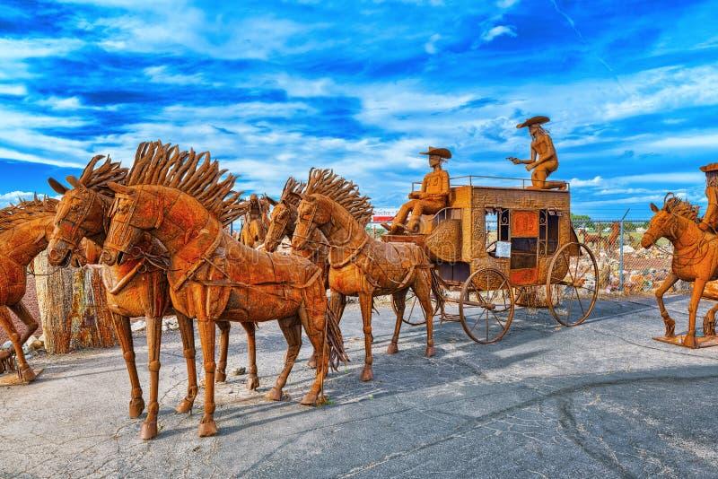 Αγάλματα, γλυπτά του σιδηρουργείου σιδήρου κοντά στον καφέ Stones&More στην Αριζόνα στοκ εικόνες