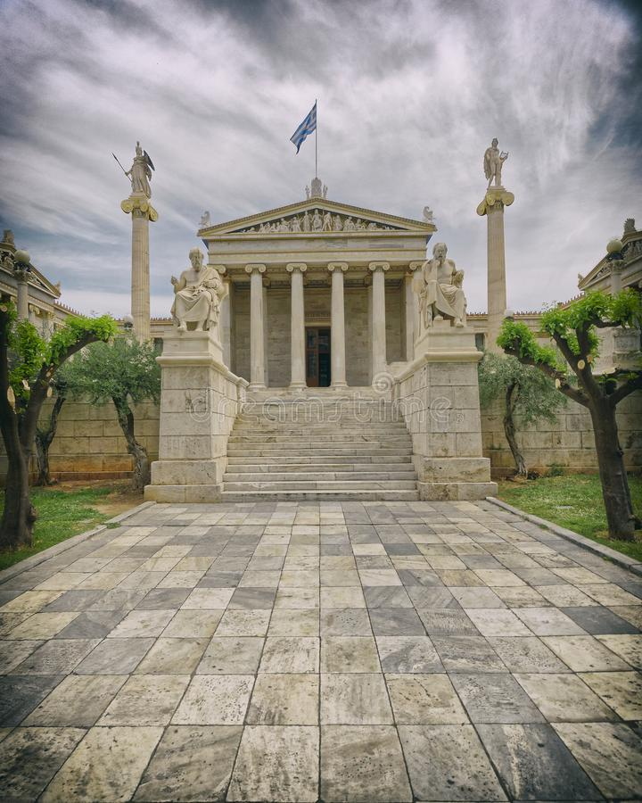 Αγάλματα της Αθήνας Ελλάδα, Πλάτωνα και του Σωκράτη μπροστά από το εθνικό νεοκλασσικό κτήριο ακαδημιών στοκ εικόνες