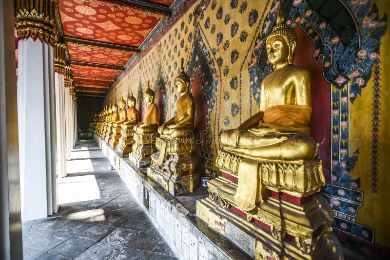 Αγάλματα του Βούδα σε έναν ναό στην Ταϊλάνδη στοκ φωτογραφία
