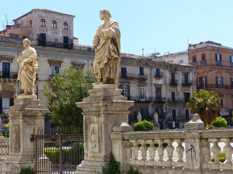 Αγάλματα των Αγίων μπροστά από μια είσοδο του κήπου του καθεδρικού ναού του Παλέρμου Σικελία Ιταλία στοκ φωτογραφίες