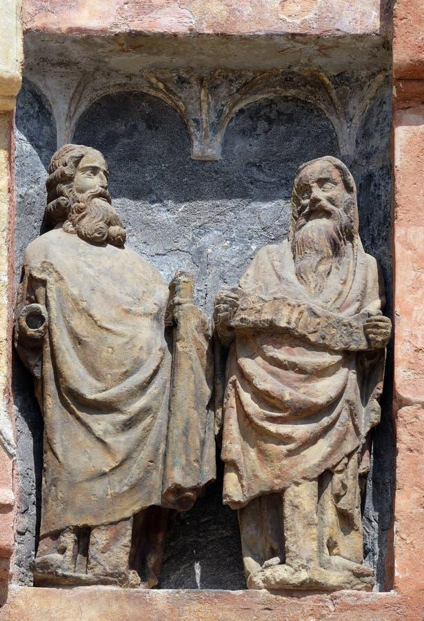 Αγάλματα των Αγίων στη νότια πύλη της εκκλησίας του σημαδιού του ST στο Ζάγκρεμπ στοκ εικόνα