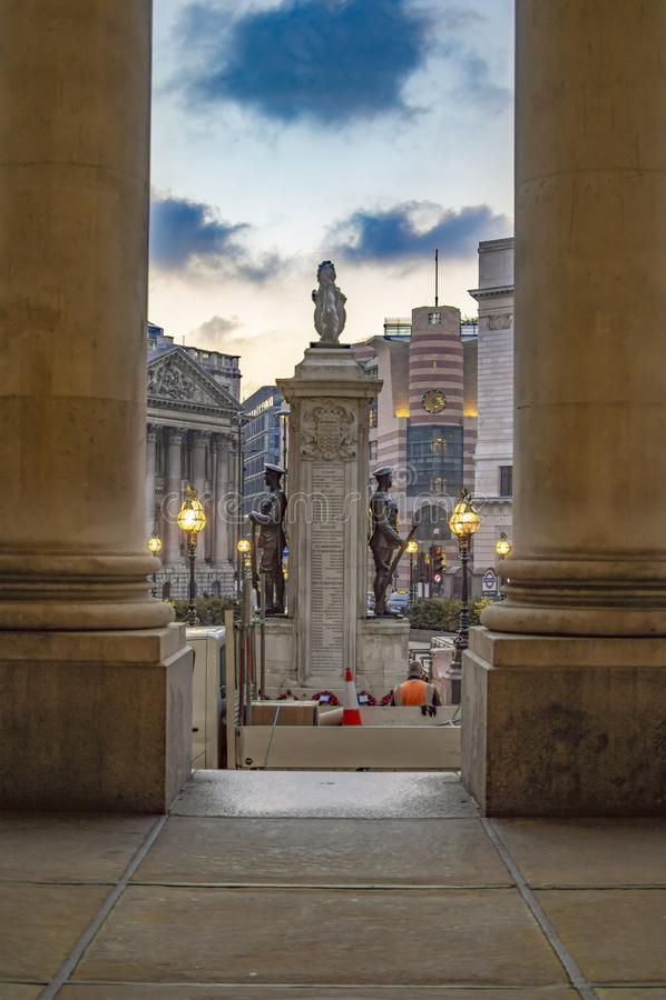 Αγάλματα των φρουρών στο βασιλικό κτήριο ανταλλαγής στο Λονδίνο στοκ εικόνα