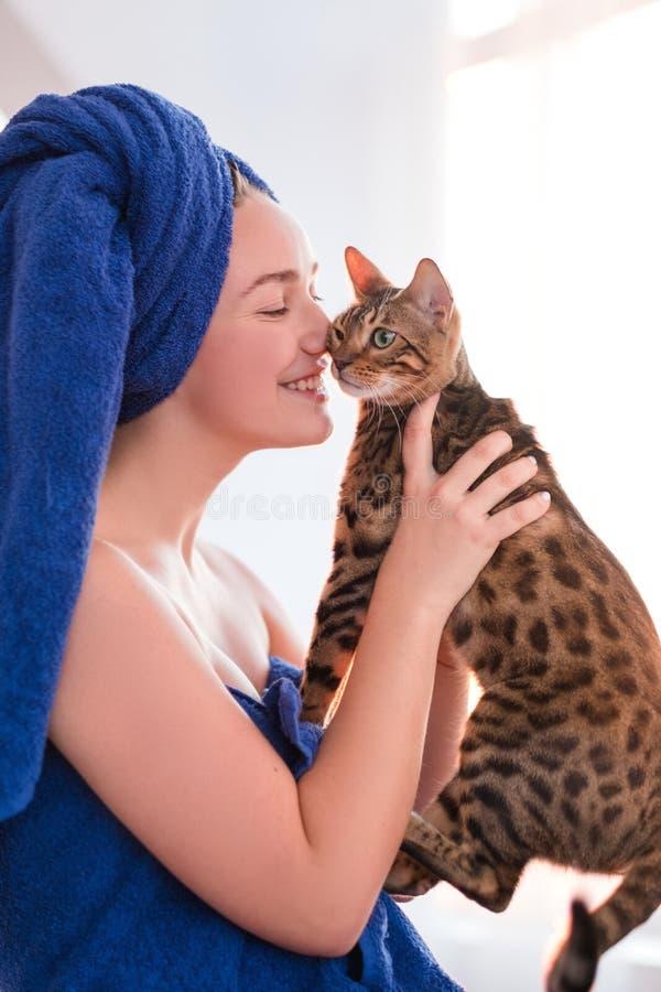 Αγάπης αγκαλιών ζωικός φίλος ιδιοκτητών γατών petting στοκ εικόνα με δικαίωμα ελεύθερης χρήσης