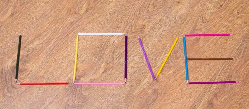 Αγάπη λέξης που γίνεται από τα ζωηρόχρωμα μολύβια στον πίνακα στοκ φωτογραφία με δικαίωμα ελεύθερης χρήσης