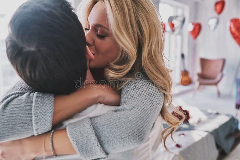 αγάπη αέρα Όμορφη νέα γυναίκα που φιλά το φίλο της στοκ εικόνα με δικαίωμα ελεύθερης χρήσης