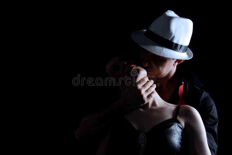 αγάπη αγκαλιάσματος στοκ φωτογραφίες
