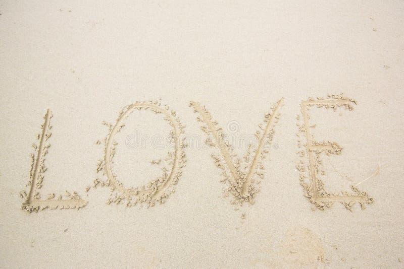 αγάπη γραψίματος στην άμμο άμμος μηνυμάτων αγάπης γραπ&ta στοκ φωτογραφίες