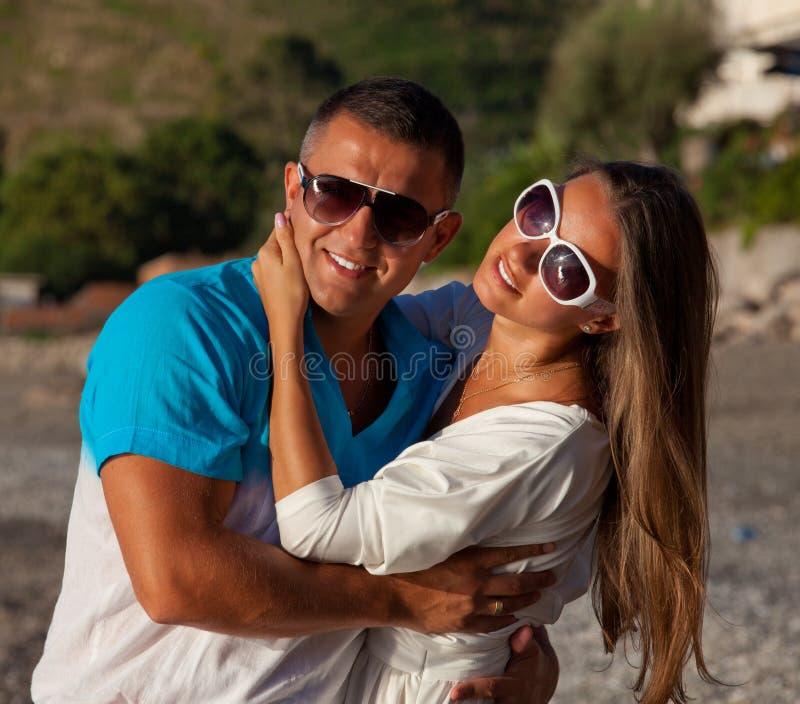 Αγάπη - ευτυχές ζεύγος στην παραλία που έχει τη διασκέδαση στοκ εικόνες