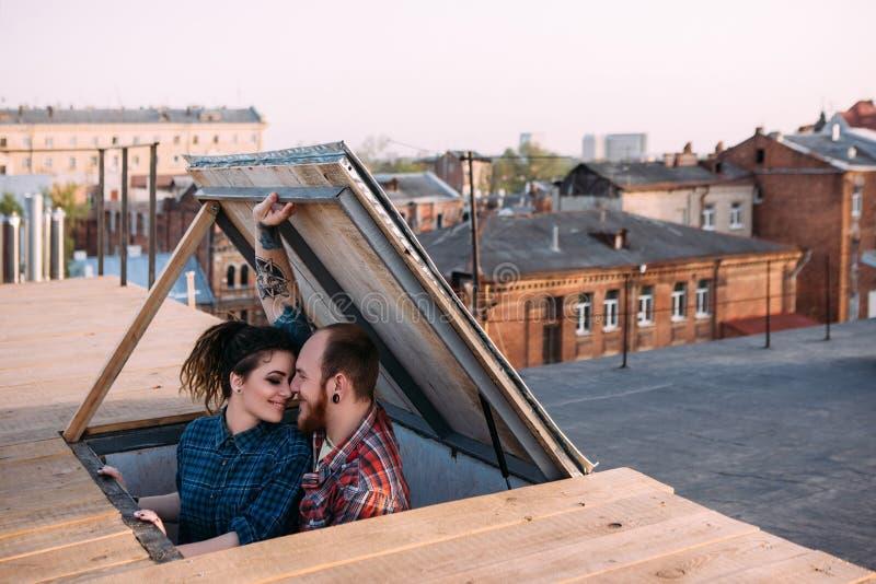 αγάπη ζευγών Ρομαντική ημερομηνία στη στέγη στοκ φωτογραφία