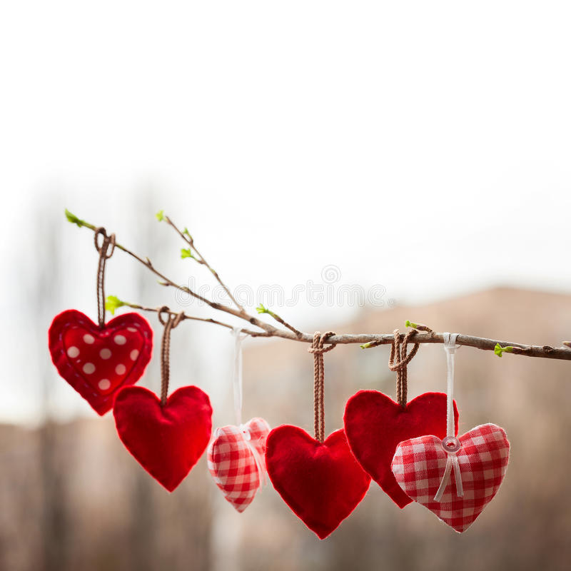 Αγάπη ημέρας βαλεντίνων όμορφη Καρδιά που κρεμά επάνω στοκ εικόνα