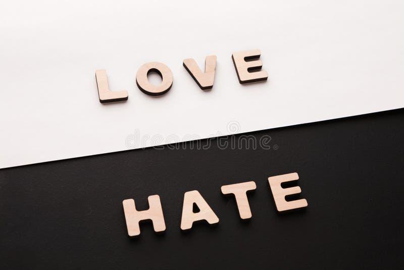 Αγάπη και μίσος λέξεων στο υπόβαθρο αντίθεσης στοκ φωτογραφία με δικαίωμα ελεύθερης χρήσης
