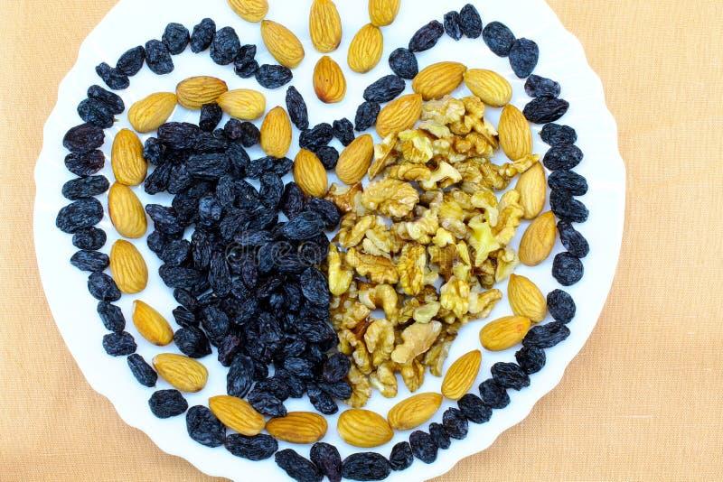 Αγάπη καρύδι-σταφίδων σε ένα πιάτο στοκ εικόνες