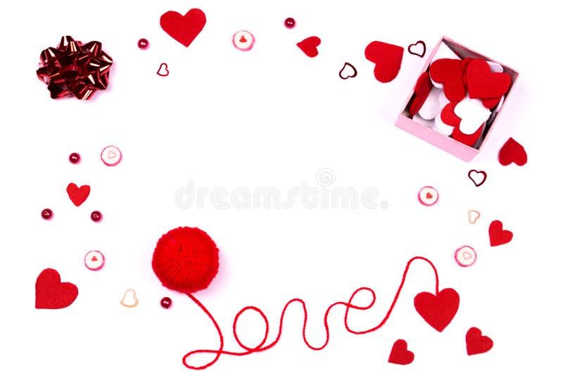 Αγάπη λέξης που γράφεται με το κόκκινο νήμα μαλλιού και τα χαριτωμένα εξαρτήματα στοκ φωτογραφίες