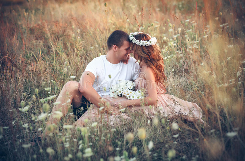 Αγάπη μεταξύ ενός νέου ζεύγους στοκ φωτογραφίες