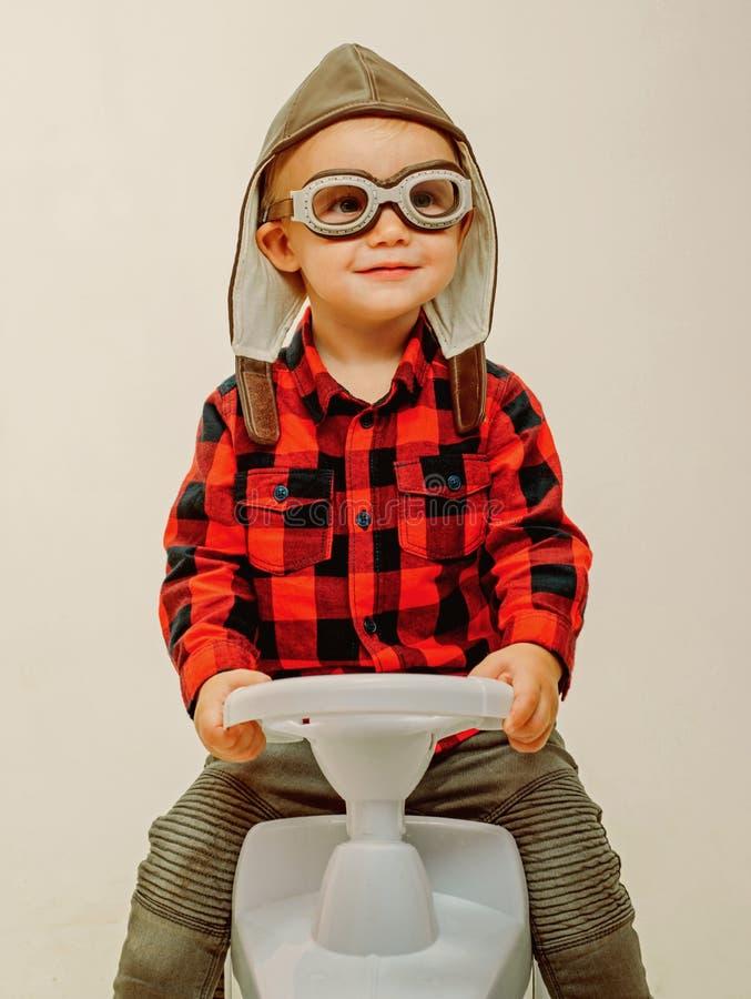 Αγάπη που οδηγά γύρω Λίγο μωρό απολαμβάνει στον παιδικό σταθμό Το μικρό μικρό παιδί χτίζει τις δεξιότητες ισορροπίας και μηχανών  στοκ εικόνες