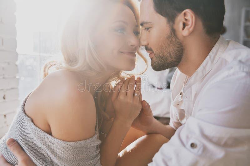 αγάπη πραγματική Όμορφο νέο ζεύγος που συνδέει και που χαμογελά ενώ sitt στοκ φωτογραφία με δικαίωμα ελεύθερης χρήσης
