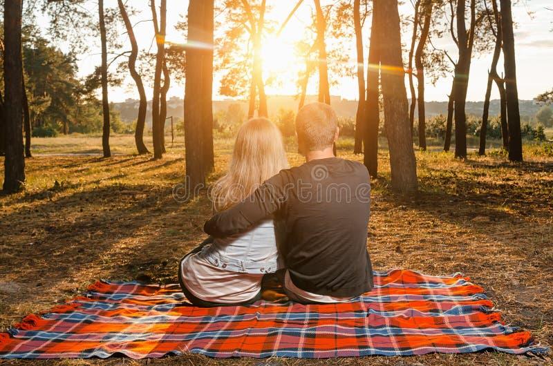 Αγάπη του αγκαζέ συνεδρίασης ζευγών στο κάλυμμα στοκ εικόνες με δικαίωμα ελεύθερης χρήσης