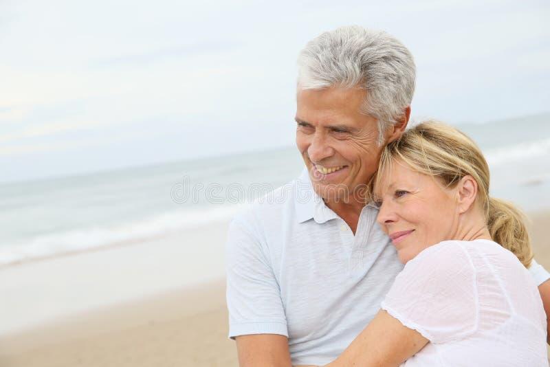 Αγάπη του ανώτερου ζεύγους που αγκαλιάζει στην παραλία στοκ εικόνα με δικαίωμα ελεύθερης χρήσης