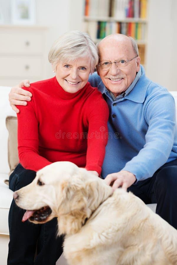 Αγάπη του ηλικιωμένου ζεύγους με χρυσό retriever τους στοκ φωτογραφίες