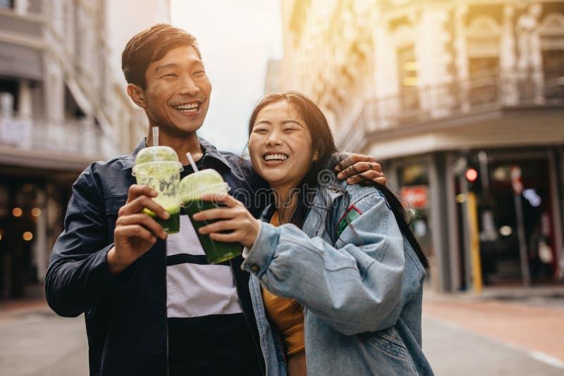 Αγάπη του νέου ζεύγους που περπατά σε μια οδό πόλεων στοκ φωτογραφία με δικαίωμα ελεύθερης χρήσης