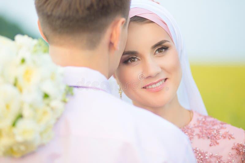 Αγάπη του της Μαλαισίας ζεύγους στη φύση Χαμογελώντας νέος ισλαμικός λιμένας ζευγών στοκ εικόνες με δικαίωμα ελεύθερης χρήσης