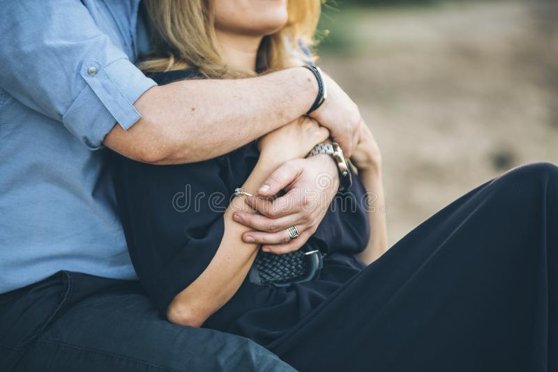 Αγάπη των χεριών ζευγών που αγκαλιάζουν το ένα το άλλο στοκ εικόνες