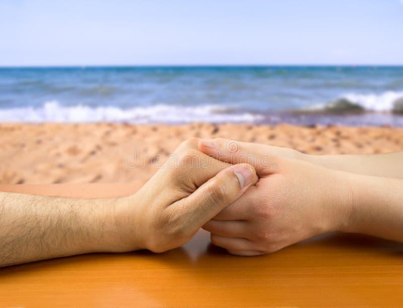 αγάπη χεριών ζευγών έννοιας παραλιών στοκ φωτογραφία με δικαίωμα ελεύθερης χρήσης
