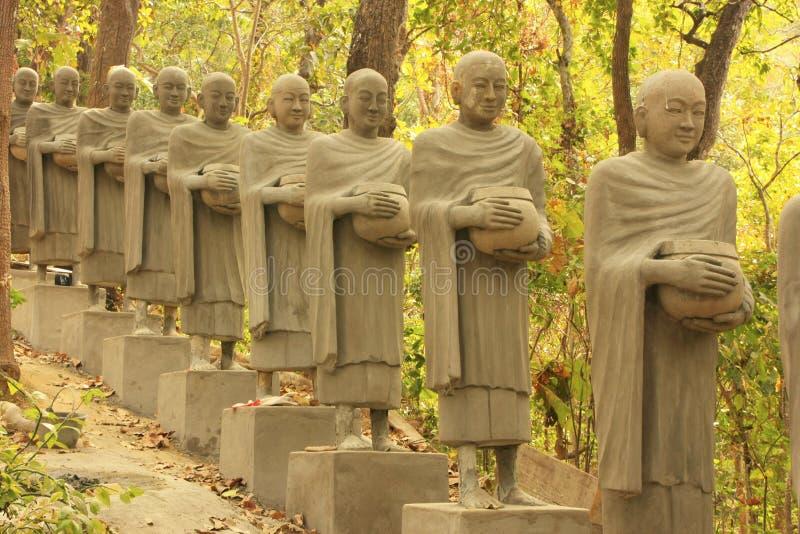 Αγάλματα να ικετεύσει τους μοναχούς, Phnom Sombok, Kratie, Καμπότζη στοκ φωτογραφία με δικαίωμα ελεύθερης χρήσης